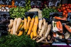 Frutas e legumes frescas coloridas na exposição no mercado de rua Fotos de Stock Royalty Free