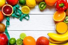 Frutas e legumes frescas com fita métrica imagem de stock royalty free