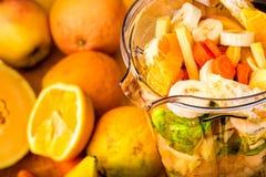 Frutas e legumes frescas do corte prontas para misturar-se Foto de Stock
