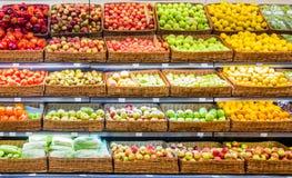 Frutas e legumes frescas na prateleira no supermercado fotografia de stock royalty free