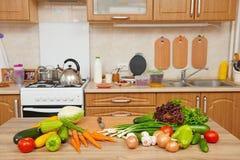 Frutas e legumes frescas na tabela na cozinha interior, conceito saudável do alimento imagem de stock