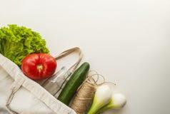 Frutas e legumes frescas no saco do algodão imagens de stock royalty free