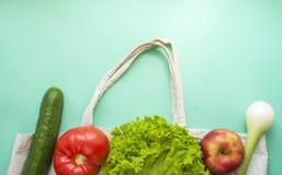 Frutas e legumes frescas no saco do algod?o imagem de stock royalty free
