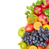Frutas e legumes isoladas em um fundo branco Espaço livre Foto de Stock
