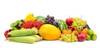 Frutas e legumes maduras frescas da composição isoladas no branco imagens de stock royalty free