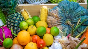 Frutas e legumes misturadas na bandeja de madeira imagem de stock