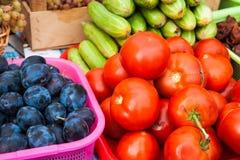 Frutas e legumes na exposição Fotografia de Stock Royalty Free