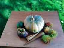 Frutas e legumes na tabela imagens de stock royalty free