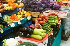 Frutas e legumes no mercado agrário contrário Foto de Stock Royalty Free