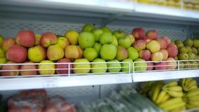 Frutas e legumes orgânicas na prateleira do supermercado video estoque