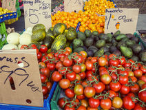 Frutas e legumes para a venda em um mercado aberto dos fazendeiros Fotografia de Stock