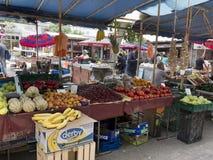 Frutas e legumes para a venda no mercado Imagens de Stock Royalty Free