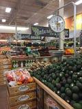 Frutas e legumes que vendem em brotos da loja imagem de stock