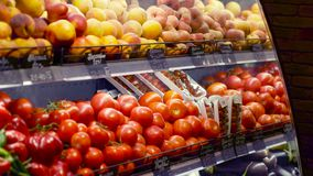 Frutas e legumes refrigeradas na prateleira do supermercado filme
