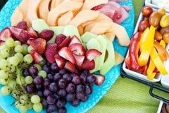 Frutas e legumes sortidos em placas imagem de stock