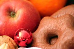 Frutas e pão-de-espécie Imagem de Stock Royalty Free
