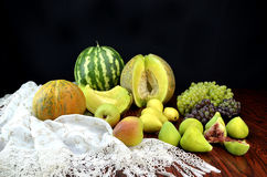 Frutas e tablecloth do laço do crochet Foto de Stock