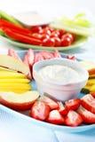 Frutas e verdura cruas com mergulho Fotos de Stock