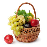 Frutas e verdura em uma cesta Fotografia de Stock Royalty Free