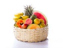 Frutas e verdura na cesta Foto de Stock