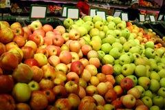 Frutas em uma loja com placa em branco Fotos de Stock Royalty Free