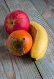 Frutas em uma placa de madeira Fotos de Stock