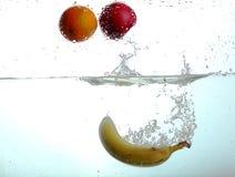Frutas en agua fotos de archivo