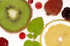 Frutas en agua que burbujea Fotografía de archivo libre de regalías