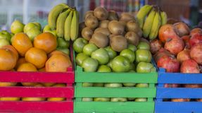 Frutas en cajones de madera coloreados Jaulas llenas de fruta imagen de archivo libre de regalías
