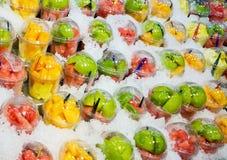 Frutas en casquillos plásticos Imagenes de archivo