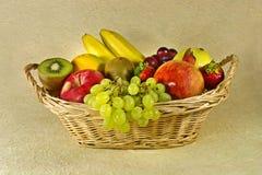 Frutas en cesta Imágenes de archivo libres de regalías
