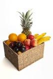 Frutas en cesta en el fondo blanco Foto de archivo libre de regalías