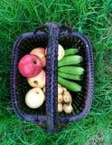Frutas en cesta Visión superior Imagen de archivo