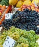 Frutas en contador. Fotos de archivo libres de regalías