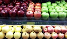Frutas en el estante del supermercado Foto de archivo libre de regalías