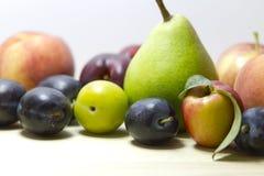 Frutas en el fondo blanco. Cierre para arriba. Imagen de archivo libre de regalías