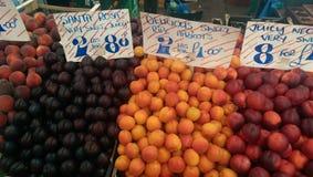 Frutas en el mercado local Imagen de archivo libre de regalías