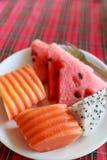 Frutas en el plato blanco Fotografía de archivo libre de regalías