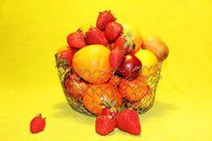Frutas en florero del metal Fotos de archivo libres de regalías