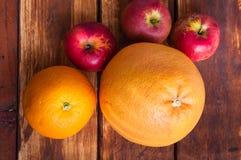 Frutas en fondo de madera imágenes de archivo libres de regalías