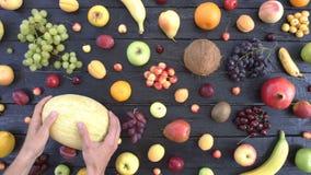 Frutas en fondo ecológico negro Visión superior almacen de metraje de vídeo