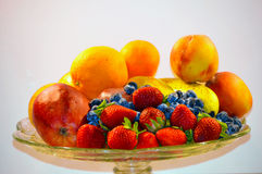 Frutas en imagen de la placa Fotografía de archivo