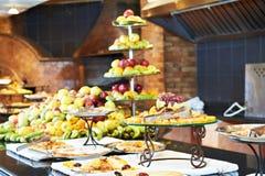 Frutas en línea de la comida fría en restaurante Fotografía de archivo