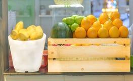 Frutas en la cesta de madera en el mercado Fotografía de archivo libre de regalías