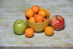 Frutas en la tabla del vintage Imagen de archivo libre de regalías