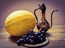 Frutas en la tabla, jarro del este Fotos de archivo libres de regalías