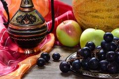 Frutas en la tabla, jarro del este Fotos de archivo