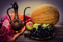 Frutas en la tabla, jarro del este Imagen de archivo libre de regalías