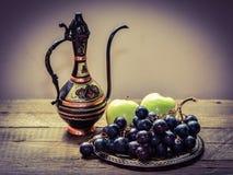 Frutas en la tabla, jarro del este Foto de archivo libre de regalías