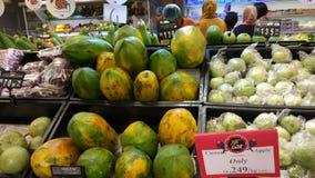 Frutas en la tienda imagenes de archivo